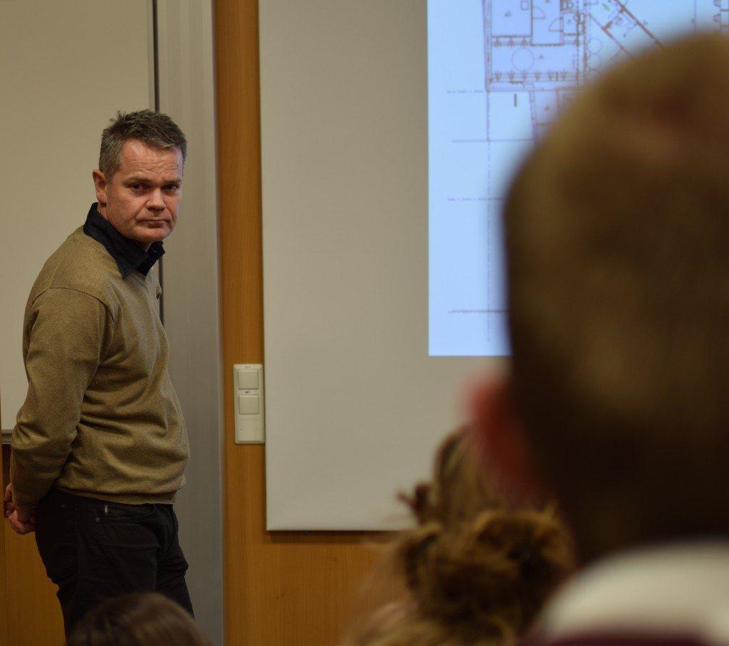 Ove Botnevik fra eiendomsavdelingen forteller at ombyggingsprosjektet trolig ikke kommer til å gå som planlagt