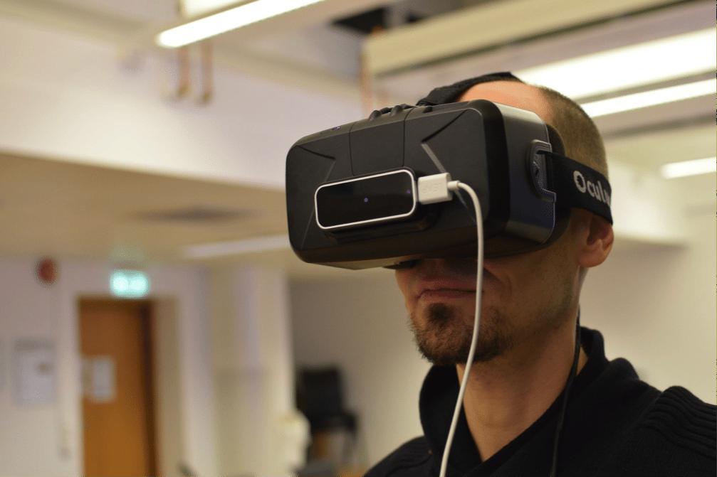 Briller som brukes i Virtual Reality, her av merket Oculus. Foto: Daniel Gunstveit