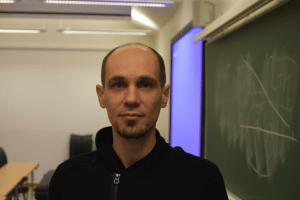 Marcin Czub har blant annet forsket på smertelindring ved hjelp av virtuell virkelighet. Foto: Daniel Gunstveit