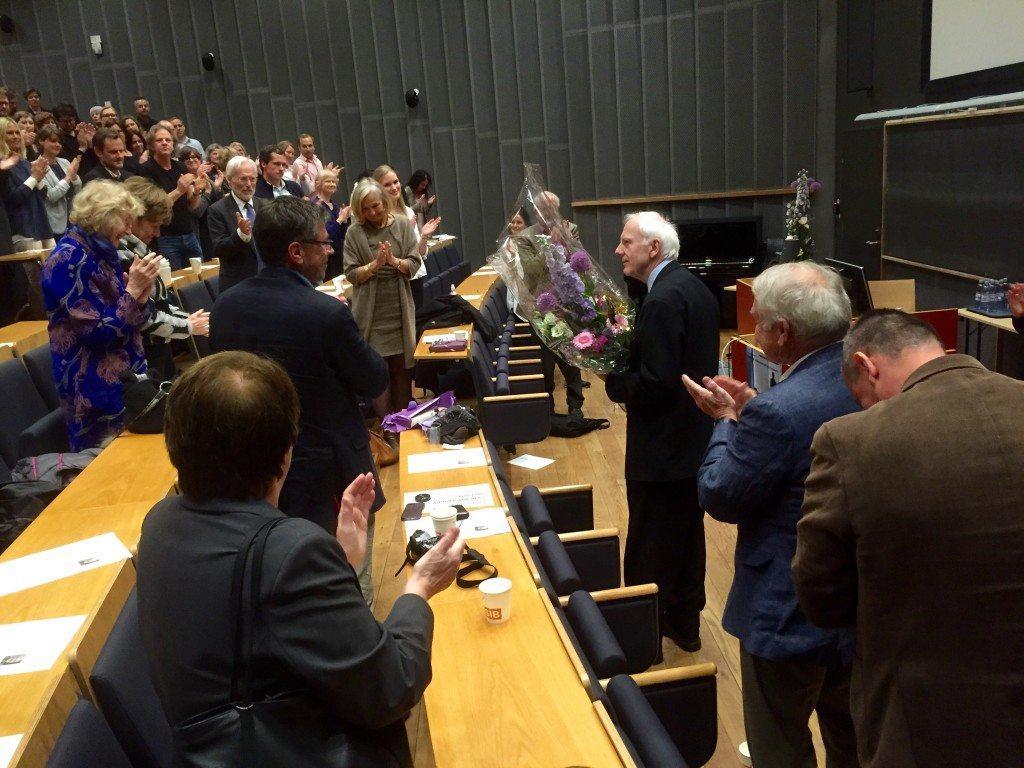 Geir Høstmark Nielsen fikk stående applaus av en fullsatt sal. Foto: Jon Vøllestad