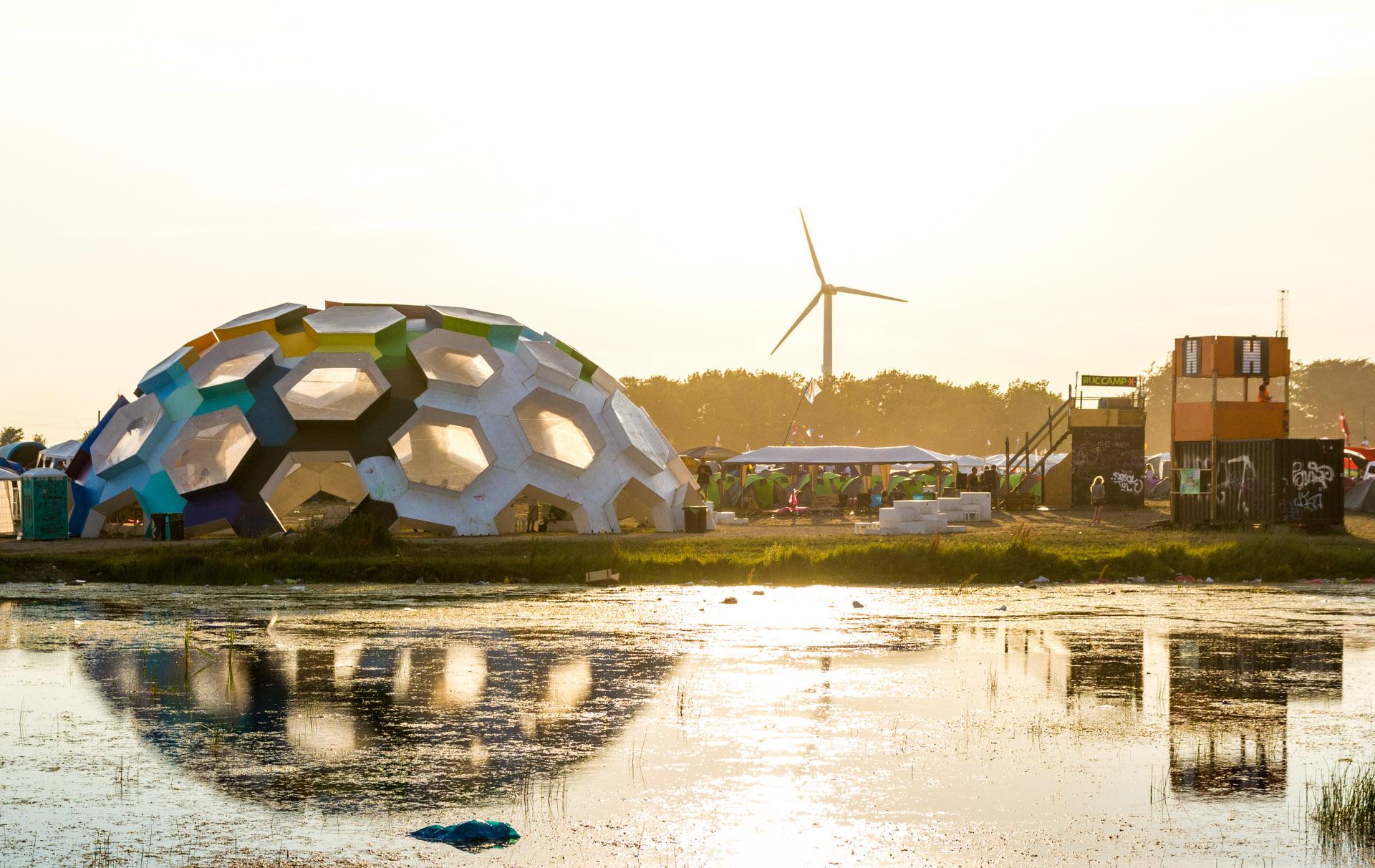 """""""Dream City"""", en bærekraftig camp på Roskildefestivalen, er et eksempel på en måte å fremme klimavennlig tenkning på som ikke skaper frykt, og som oppfordrer til deltakelse. Foto: Thomas Rousing, lisensiert under CC BY 2.0."""